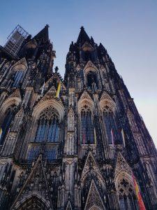 Prikaz Kölnske katedrale v jutranjih urah.
